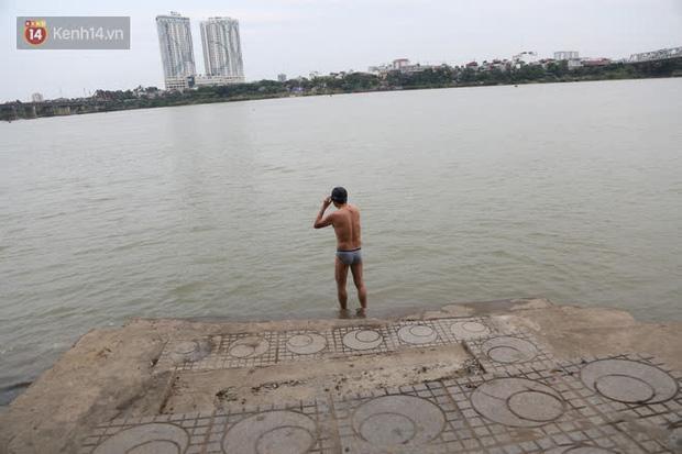 Hà Nội rét cắt da cắt thịt, nhiều người dân vẫn nhộn nhịp ra sông Hồng tắm tiên - Ảnh 7.