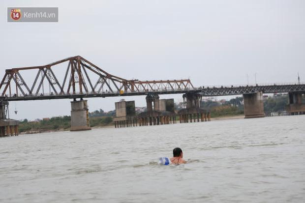 Hà Nội rét cắt da cắt thịt, nhiều người dân vẫn nhộn nhịp ra sông Hồng tắm tiên - Ảnh 8.