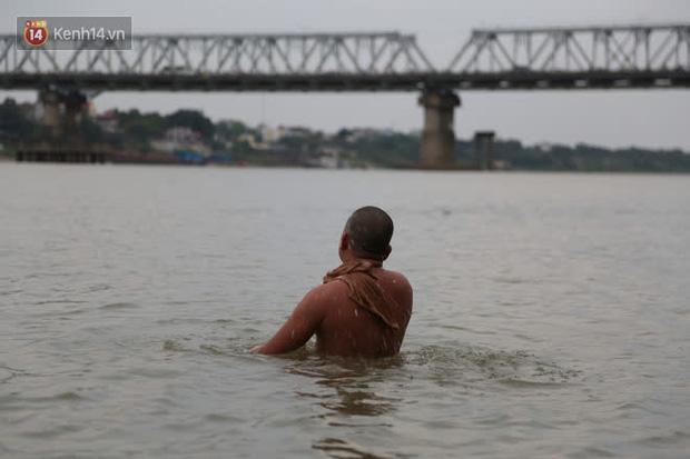 Hà Nội rét cắt da cắt thịt, nhiều người dân vẫn nhộn nhịp ra sông Hồng tắm tiên - Ảnh 9.