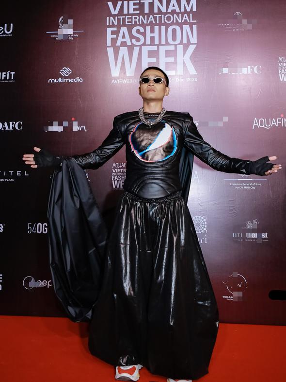Dàn huấn luyện viên Rap Việt quậy tung thảm đỏ Tuần lễ thời trang quốc tế 2020 - Ảnh 1.
