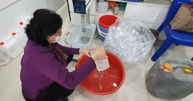 Đủ chiêu trò mùa dịch: Hô biến cồn với nước lã thành nước rửa tay khô  - Ảnh 1.