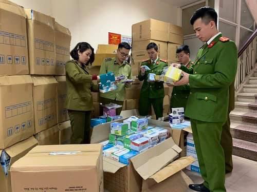 Hà Nội: Liên tiếp phát hiện các trường hợp thu gom khẩu trang y tế số lượng lớn - Ảnh 1.