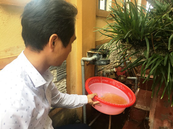 Hoang mang khi nước bẩn phun ra từ đường ống nước sạch - Ảnh 3.