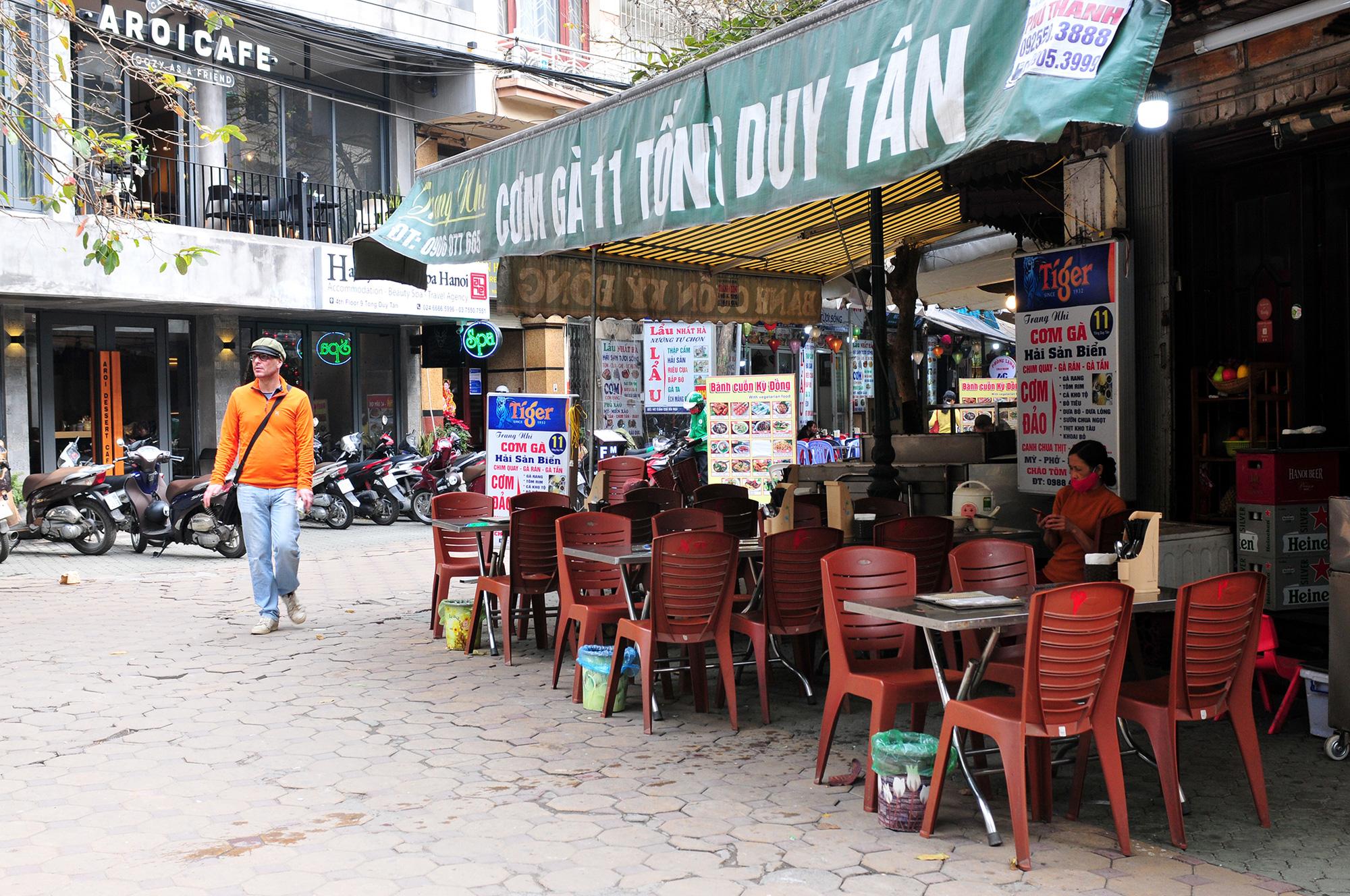 Hàng quán ế ẩm, trung tâm thương mại đìu hiu vì virus corona - Ảnh 3.