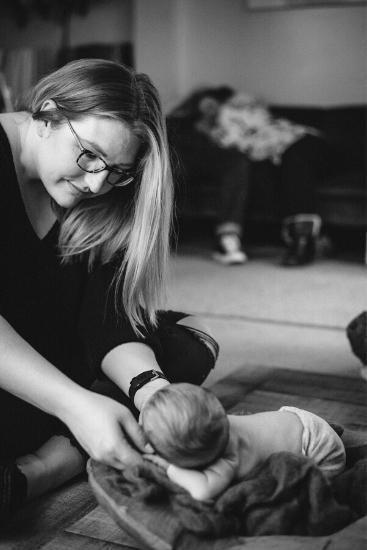 Nhiếp ảnh gia đang chụp bộ ảnh cho em bé sơ sinh nhưng sự chú ý lại dồn hết vào hành động của bố mẹ đứa trẻ ở phía sau - Ảnh 2.