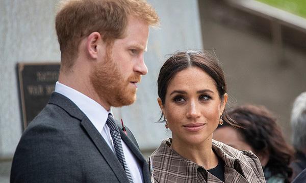 Ngỡ ngàng với hành động gây sốc của vợ chồng Hoàng tử Harry - Meghan Markle với nhân viên dưới quyền - Ảnh 2.