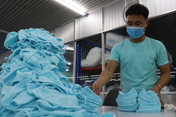 Tập đoàn dệt may Việt Nam phát hơn 100 nghìn khẩu trang kháng khuẩn tới người dân - Ảnh 4.