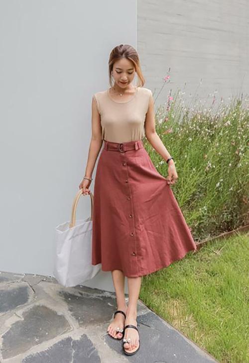 Phối đồ street style cùng chân váy cài nút - Ảnh 2.