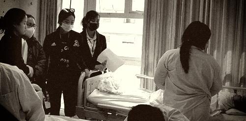 Các nhà hảo tâm gấp rút đón bé gái 3 tuổi không có hậu môn về Hà Nội tiếp tục điều trị - Ảnh 3.