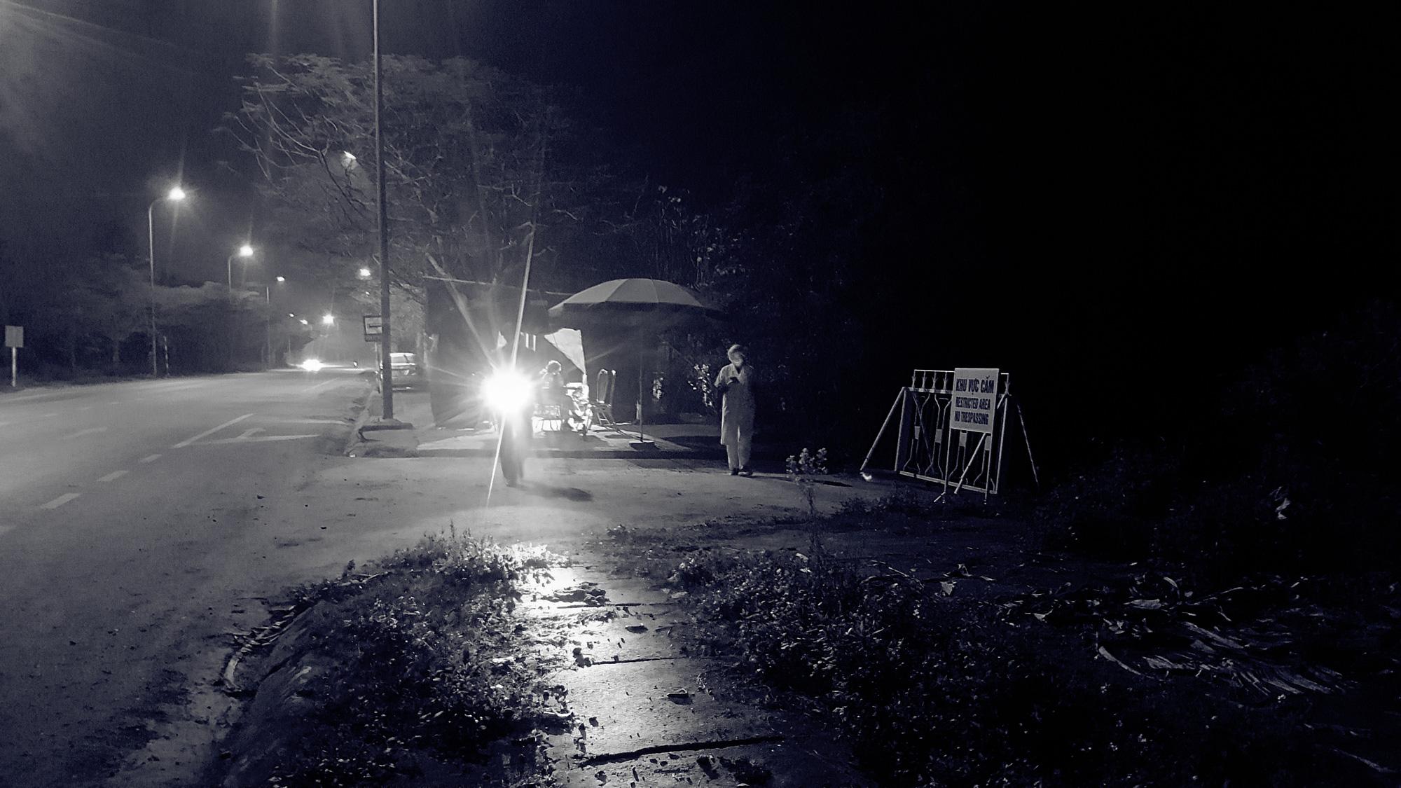 Khoảng lặng COVID-19: Một đêm trắng ở chốt kiểm dịch Sơn Lôi - Ảnh 5.