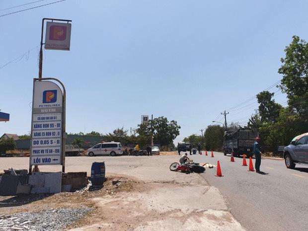 Xe tải cán chết người con, tông mẹ bị thương rồi bỏ trốn giữa trưa, mặc nạn nhân bên đường - Ảnh 2.