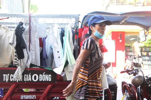 Cụ ông Sài Gòn mỗi ngày chạy xe 50km bán quần áo giá... 0 đồng - Ảnh 1.