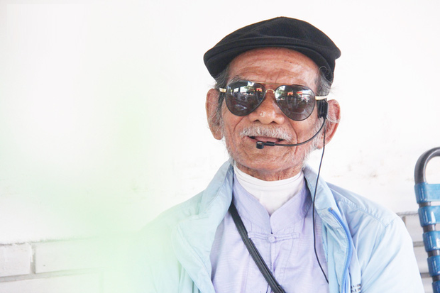 Cụ ông Sài Gòn mỗi ngày chạy xe 50km bán quần áo giá... 0 đồng - Ảnh 2.