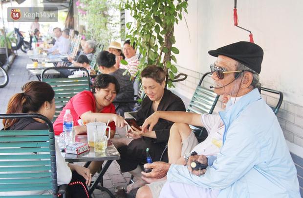 Cụ ông Sài Gòn mỗi ngày chạy xe 50km bán quần áo giá... 0 đồng - Ảnh 3.