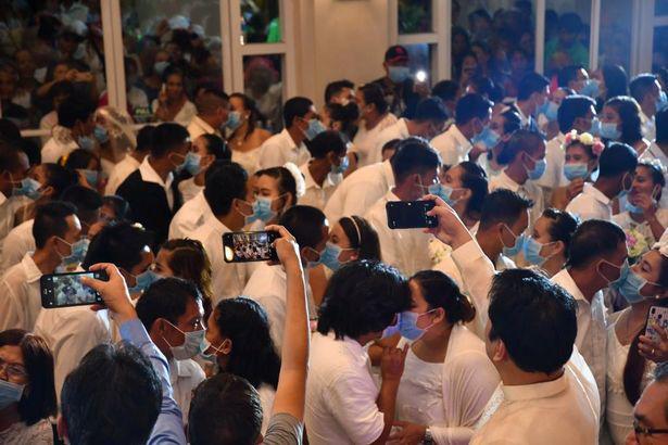 Hàng trăm cặp đôi đeo khẩu trang cưới tập thể ở Philippines - Ảnh 2.