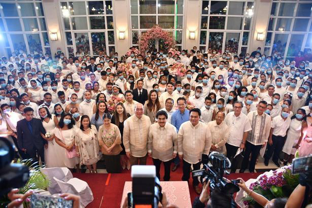 Hàng trăm cặp đôi đeo khẩu trang cưới tập thể ở Philippines - Ảnh 3.