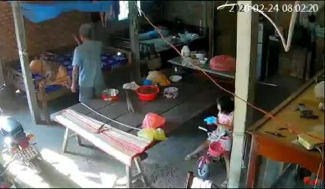 Cụ bà gần 90 tuổi bị con trai và con dâu đánh không tiếc tay - Ảnh 1.
