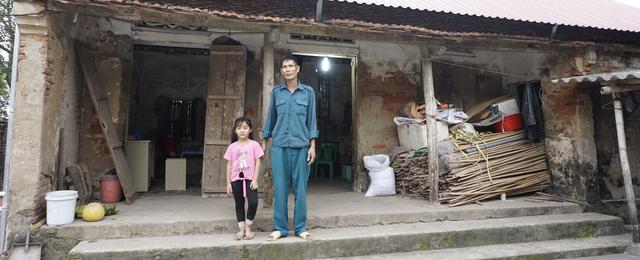 Bố mẹ bỏ đi từ nhỏ, bé gái sống với ông nội già nua trong căn nhà rách nát - Ảnh 7.