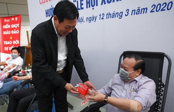 Thứ trưởng Bộ Y tế hiến máu giữa mùa dịch COVID-19 - Ảnh 3.