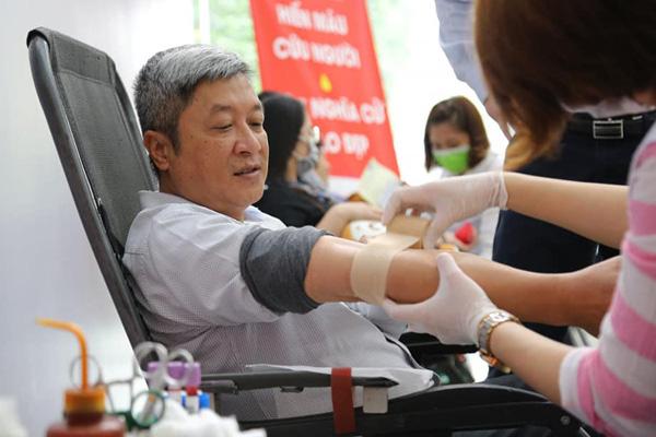 Thứ trưởng Bộ Y tế hiến máu giữa mùa dịch COVID-19 - Ảnh 2.