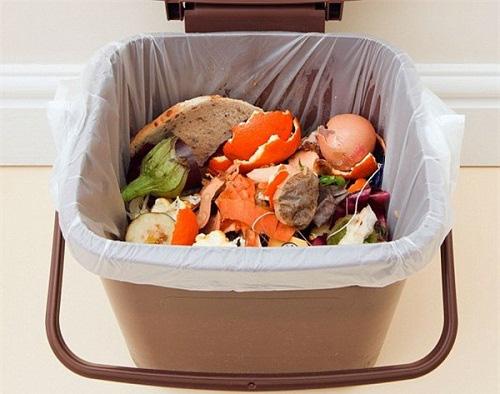 Đổ giấm vào bánh mỳ rồi quẳng vào thùng rác và đậy nắp lại, kết quả thu được khiến ai cũng gật gù khen hay - Ảnh 3.