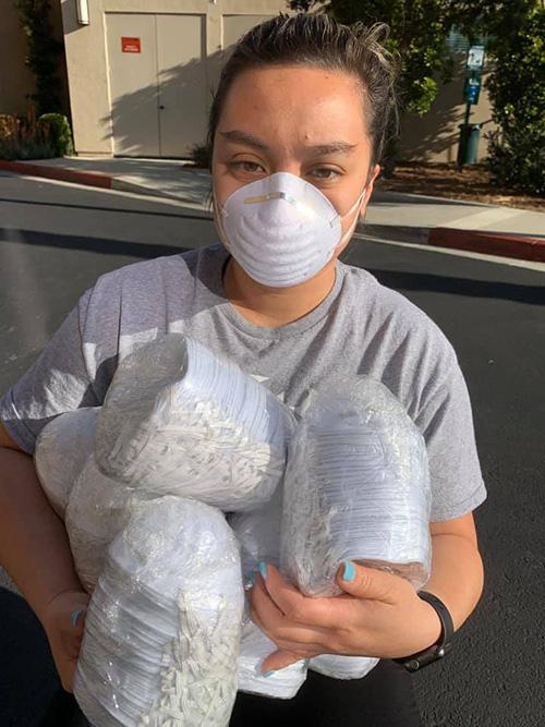 Phi Nhung gửi khẩu trang cho con gái y tá ở Mỹ - Ảnh 1.