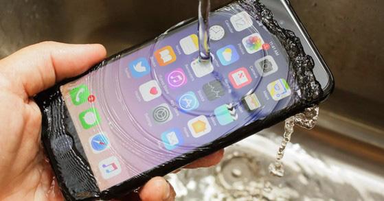 Apple hướng dẫn cách cấp cứu từng dòng iPhone khi bị vô nước - Ảnh 1.