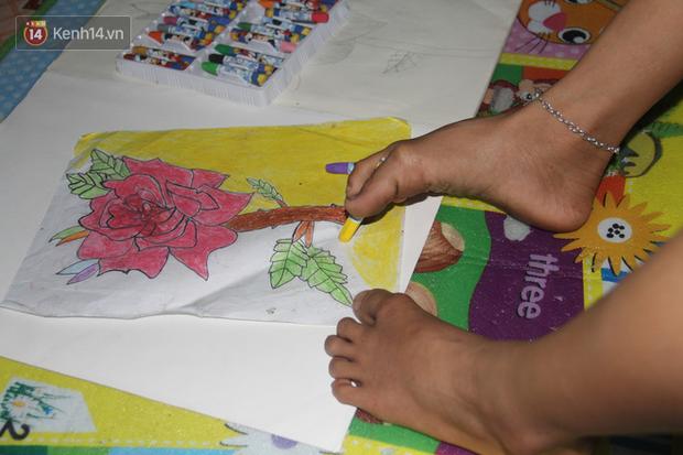 """Cậu bé không tay vẽ cuộc đời bằng đôi chân kỳ diệu và câu hỏi thắt lòng: """"Bao giờ tay con sẽ mọc hả mẹ?"""" - Ảnh 4."""