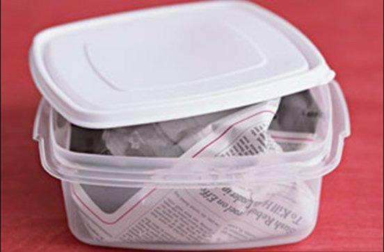 Vo tròn tờ báo rồi bỏ vào hộp nhựa, kết quả thu được vào ngày hôm sau khiến bà nội trợ nào cũng muốn học theo - Ảnh 2.