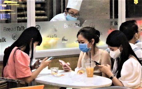 Nới giãn cách xã hội, đi ăn nhà hàng không nói to, cười đùa