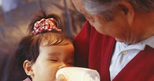 Con 1 tuổi nhất quyết không uống sữa do bố mẹ pha nhưng bà nội pha thì uống cạn, mẹ hốt hoảng khi khám phá ra bí mật phía sau - Ảnh 1.