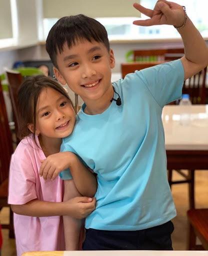 Con trai Thu Trang - Tiến Luật nhắc tên con gái Đoan Trang, lại còn e thẹn cực đáng yêu  - Ảnh 1.
