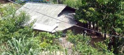 Bố mẹ chết thảm sau một đêm, 3 chị em đau đớn đội khăn tang nương tựa vào bà nội 80 tuổi - Ảnh 1.