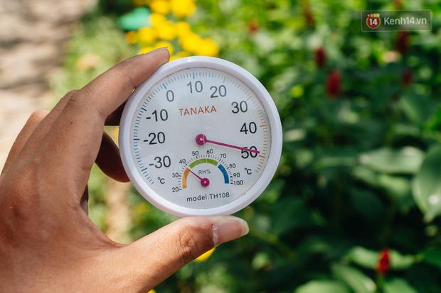 Nhiệt độ ngoài đường tại Hà Nội lên tới 50 độ C, người dân trùm khăn áo kín mít di chuyển trên phố - Ảnh 2.