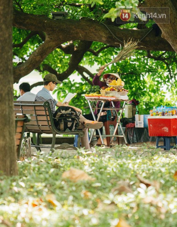 Nhiệt độ ngoài đường tại Hà Nội lên tới 50 độ C, người dân trùm khăn áo kín mít di chuyển trên phố - Ảnh 11.