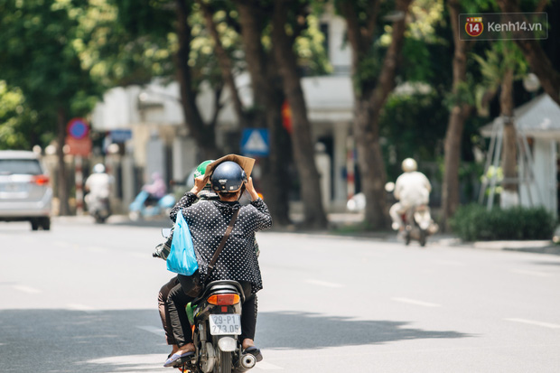 Nhiệt độ ngoài đường tại Hà Nội lên tới 50 độ C, người dân trùm khăn áo kín mít di chuyển trên phố - Ảnh 5.