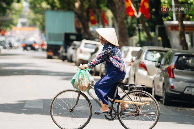 Nhiệt độ ngoài đường tại Hà Nội lên tới 50 độ C, người dân trùm khăn áo kín mít di chuyển trên phố - Ảnh 10.