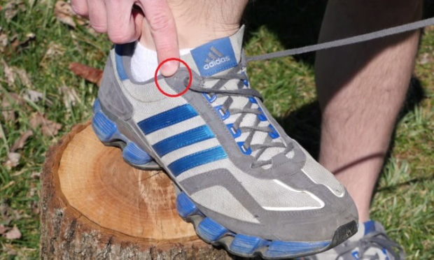 Chúng ta thường bỏ phí lỗ thắt dây giày cuối cùng mà không biết nó có tác dụng kì diệu này - Ảnh 2.