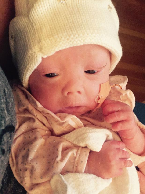 Bà mẹ sốc nặng khi vừa sinh con bác sĩ yêu cầu bố bé không được chụp hình, mẹ phải đi găng tay khi bế bé - Ảnh 1.