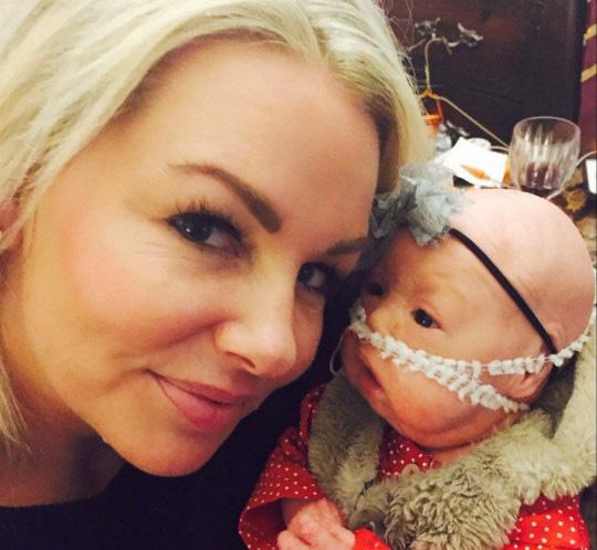 Bà mẹ sốc nặng khi vừa sinh con bác sĩ yêu cầu bố bé không được chụp hình, mẹ phải đi găng tay khi bế bé - Ảnh 3.