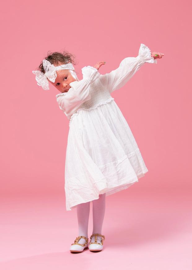 Bà mẹ sốc nặng khi vừa sinh con bác sĩ yêu cầu bố bé không được chụp hình, mẹ phải đi găng tay khi bế bé - Ảnh 6.