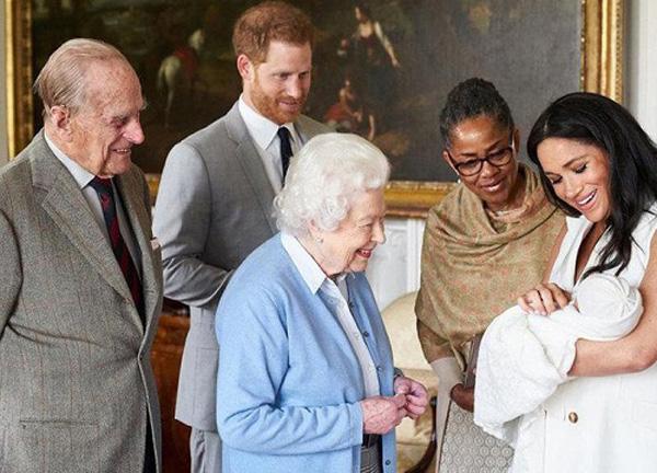 Lộ kế hoạch đến Mỹ giải cứu cháu trai Archie khỏi vợ chồng Harry - Meghan Marlke của Thái tử Charles? - Ảnh 2.