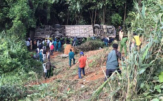 Hiện trường vụ xe khách rơi xuống vực làm 5 người tử vong - Ảnh 1.
