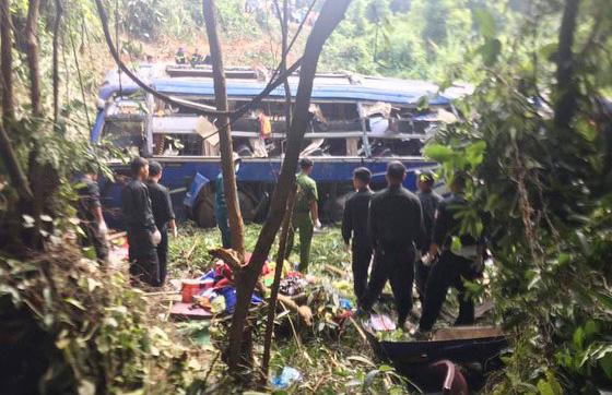 Hiện trường vụ xe khách rơi xuống vực làm 5 người tử vong - Ảnh 2.
