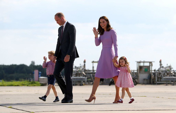 Nhìn hình ảnh Công nương Kate cưng nựng con, dân mạng lại tức giận với phát ngôn của Meghan Markle - Ảnh 9.