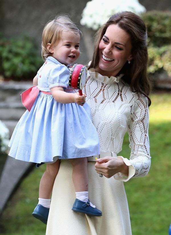 Nhìn hình ảnh Công nương Kate cưng nựng con, dân mạng lại tức giận với phát ngôn của Meghan Markle - Ảnh 6.