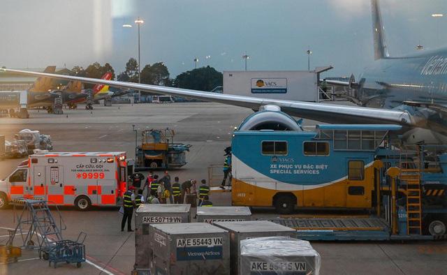 Máy bay đưa bệnh nhân 91 về Anh đón 340 người Việt hồi hương - Ảnh 2.