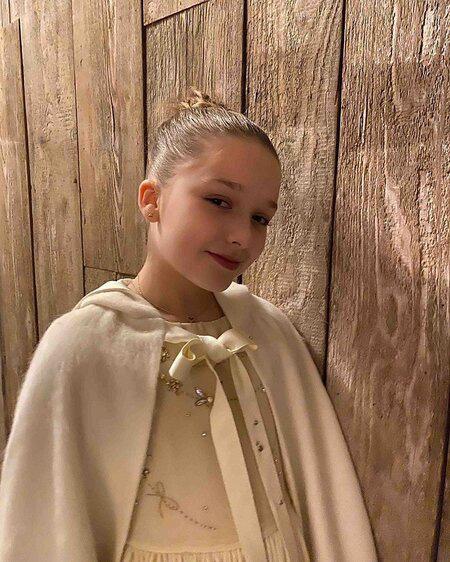Con dâu nhà tỷ phú tiết lộ bí mật đằng sau bức ảnh đính hôn với Brooklyn Beckham, hóa ra cả Harper và Victoria giúp sức - Ảnh 2.