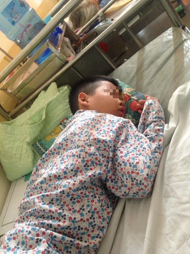 Thêm nhiều thông tin phẫn nộ vụ phụ huynh hành hung học sinh lớp 1 nhập viện ở Hoà Bình - Ảnh 4.
