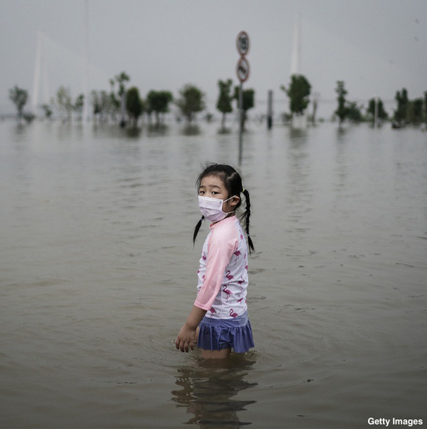 Lũ lụt tang thương ở Trung Quốc: 141 gười chết, di sản cầu cổ 800 năm tuổi bị phá hủy - Ảnh 10.